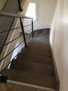 escalier bois gris