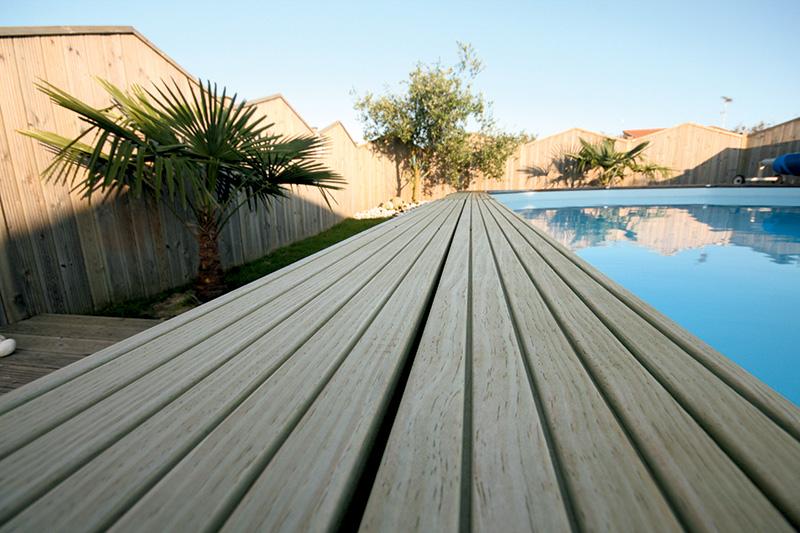 Terrasse autour de la piscine